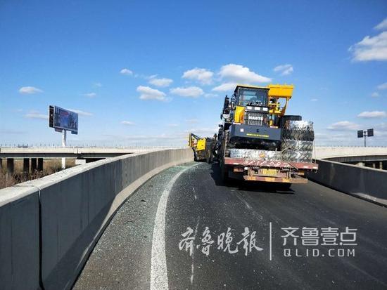 货车上掉下来一辆铲车!高速路形成拥堵